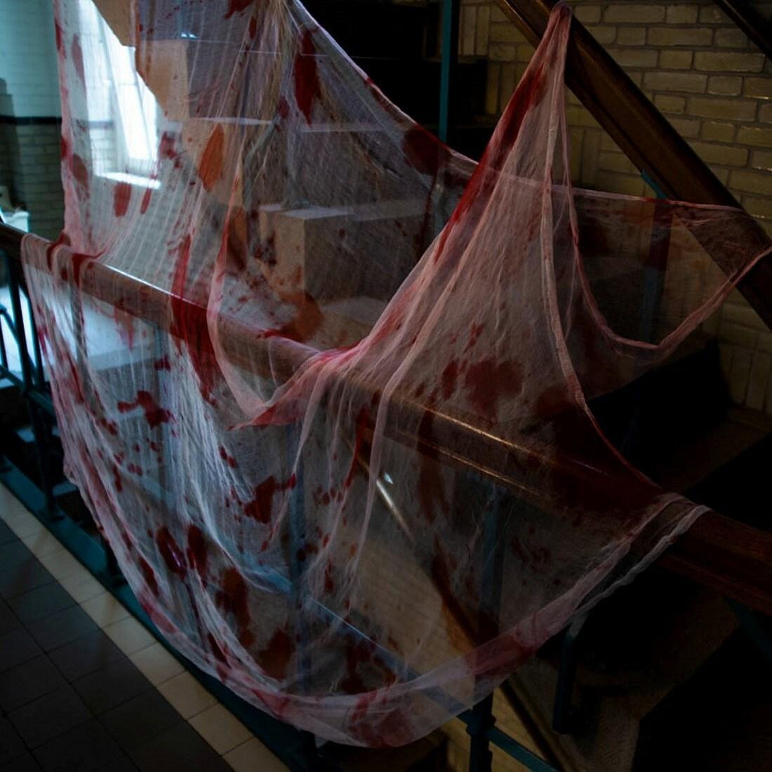 Gruselige Halloween Dekoration Blutiges Tuch Rot Weiss 250x200cm 5 99